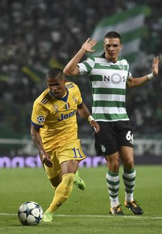 Juventus' Brazilian midfielder Douglas Costa (L) vies with Sporting's Portuguese midfielder Joao Palhinha during the UEFA Champions League football match Sporting CP vs Juventus FC at the Jose Alvalade stadium in Lisbon on October 31, 2017. / AFP PHOTO / FRANCISCO LEONG