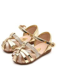 Molekinha - Google Search Girls Fashion Clothes, Little Girl Fashion, Kids Fashion, Kid Shoes, Girls Shoes, American Girl Doll Room, Cute Baby Shoes, Girls Sandals, Childrens Shoes