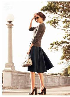 出典:http://fashiongonerogue.com/ 今シーズン話題のドラマ「オトナ女子」。 今回は前回のオトナ女子の記事に引き続き3,4話での中原亜紀(篠原涼子)のスタイリングをご紹介します。 3,4話の中でも、亜紀が新たな恋の予感がするストーリーに合わせて着ていたガーリーカジュアルなスタイリングに注目してみました♪  前回記事はこちら>>ドラマ【オトナ女子】話題の上質カジュアル、2つのポイント 亜紀は基本的にパールアクセとゴールドアクセのアクセ使いが多いです◎ 亜紀のようなオトナなガーリーカジュアルをマスターするにはこの2つのアクセの使い回しはマスト項目です♪ パールアクセサリーでエレガントさを強調 シックな色を選ぶとどうしてもメンズライクな格好になりがち… ですがパールのアクセサリーを身にまとうと上品な女性らしいに仕上がります◎ 出典:http://www.fujitv.co.jp/  ネイビーのワンピースにパールを合わせるだけで、一気に華やかなオトナ女子に♡ キャメルアイテムをプラスしてできる女っぷりアップ◎ 3連パールビジューネックレス/INDIVI…