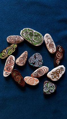 Lot de 13 pierres de style Celtique peintes à la main