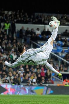 Cristiano Ronaldo Photos Photos - Cristiano Ronaldo of Real Madrid tries an overhead kick during the La Liga match between Real Madrid and Levante at Estadio Santiago Bernabeu on February 2012 in Madrid, Spain. - Real Madrid CF v Levante UD - Liga BBVA Cr7 Messi, Lionel Messi, Neymar, Cristano Ronaldo, Cristiano Ronaldo Cr7, Ronaldo Goals, Ronaldo Real Madrid, Soccer Stars, Football Soccer