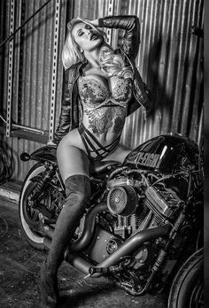 Da Serie motos e mulheres bonitas. choppers and stuff Lady Biker, Biker Girl, Biker Baby, Chicks On Bikes, Motorbike Girl, Motorcycle Girls, Motorcycle Gear, Mädchen In Bikinis, Hot Bikes