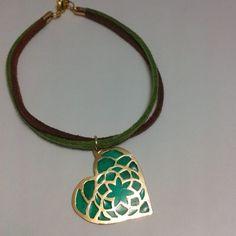 Pulsera de cuero con dije vitral de corazón de mandala bañado en oro.  Verde color del #chakra coronario #anahata  #masquejoyas #womenaccesories #bracelet #pulsera #equilibrio #yogalife #yogajewelry #yogaeverywhere #heart #corazon #mandala #pendant #zen #buddism