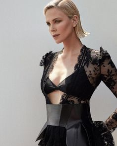 Celebrities - Charlize Theron Photos collection You can visit our site to see other photos. Charlize Theron Style, Charlize Theron Photos, Beautiful Celebrities, Beautiful Actresses, Nicole Kidman, Hollywood Celebrities, Kristen Stewart, Mannequin, Hair