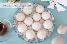 Un Kurabiyesi Tarifi - Malzemeler : 250 gr oda sıcaklığında tereyağ, 1/2 çay bardağı sıvı yağ, 1 çay bardağı pudra şekeri, 1 çay bardağı nişasta (mısır veya buğday nişastası farketmez), 4 su bardağı un, 1 paket vanilya, Üzeri için pudra şekeri.