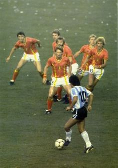 Diego Maradona being covered by 6 Belgian players during the opening match of the 1982 FIFA World Cup in Spain. It worked as Argentina was stunned in a major upset at the Nou Camp in Barcelona. Soccer World, World Football, World Of Sports, Football Soccer, Retro Football, Fifa, American Football, Diego Armando, Sport Nutrition