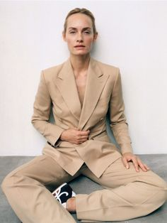 Amber Valletta by Zoe Ghertner for Vogue Poland October 2019 - Minimal. Amber Valletta, Suits And Sneakers, Silk Midi Dress, Ralph Lauren Collection, Img Models, Fashion Story, Editorial Fashion, Fashion Trends, Suit Jacket