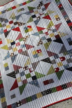 Scrap Jar Star Baby Quilt by Pleasant Home. What a lovely quilt, there is a link to the tutorial. Star Quilts, Scrappy Quilts, Baby Quilts, Quilt Blocks, Longarm Quilting, Hand Quilting, Quilting Tutorials, Quilting Projects, Quilting Ideas