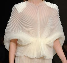 sheer pleats The Effective Pictures We Offer You About Runway Fashion spring A quality picture can tell you many things. You can find the most beautiful pictures that can be presented to you about Run Runway Fashion, Spring Fashion, High Fashion, Fashion Show, Womens Fashion, Fashion Gone Rouge, Fashion Details, Fashion Design, Sculptural Fashion