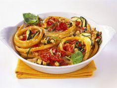 Nudelauflauf mit Zucchini und Tomaten ist ein Rezept mit frischen Zutaten aus der Kategorie Fruchtgemüse. Probieren Sie dieses und weitere Rezepte von EAT SMARTER!