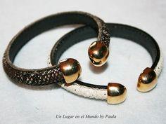 Pulsera con cuero de media caña y piezas de Zamak baño Dorado.