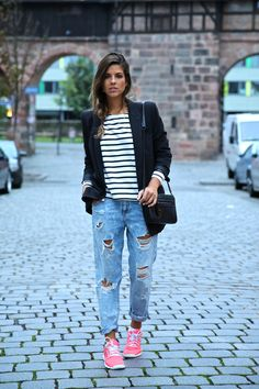 Deportivas, boyfriend jeans, camiseta y blazer formal