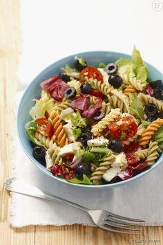 La recette facile de la salade de pâtes méditerranéenne Aussi colorée que délicieuse à déguster, cette salade de pâtes à la méditerranéenne va ravir vos papilles à l'heure du déjeuner.