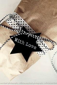 Christmas gift wrapping ideas DIY crafts ToniK ⓦⓡⓐⓟ ⓘⓣ ⓤⓟ Natural black nordicdesign.ca