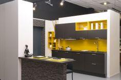 Duo curry et noir pour une cuisine vive et haute en couleur