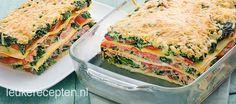 Makkelijke en snelle lasagne met romige spinazie, plakjes tomaat en gerookte zalm
