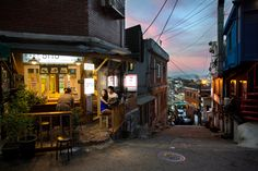 A small takeout restaurant in Seoul, South Korea. Outdoor seating. Hilly street. Sunset. Ny Times