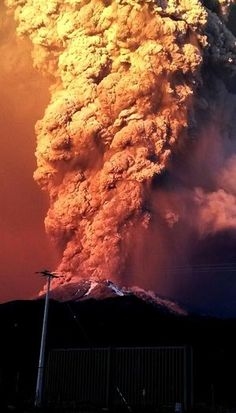 Tthe volcano is the second in southern Chile to have a substantial eruption since March when the Villarrica volcano emitted a brief but fiery burst of ash and lava Natural Phenomena, Natural Disasters, Photo Volcan, Volcan Eruption, Chili, Erupting Volcano, Dame Nature, Lava Flow, Strange Weather