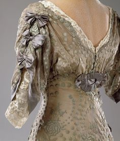Evening dress, 1909-11 From the Hillwood Museum Look at those sleeves!