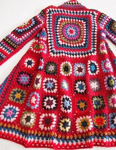 Fuente: http://anniecolors.tumblr.com/post/44109346755/makinology-fab-granny-square-sweater-coat