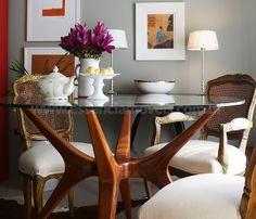 A Mesa Galhos com design sofisticado e ao mesmo tempo natural, estrutura em madeira itaúba tratada.  A Mesa Galhos é uma das peças best-sellers da Essência Móveis de Design. O vidro possui 10mm de espessura transparente.