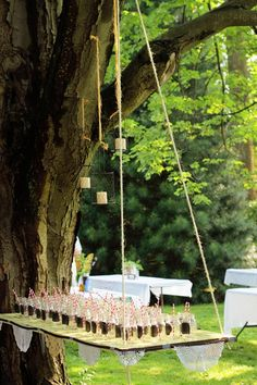 Kein Tisch? Hängen Sie ein Holzbrett in den Baum. Nette Idee für ein Sommerfest im Garten!