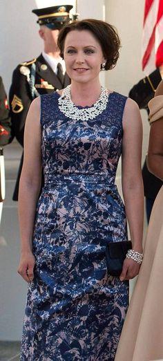 Rouva Jenni Haukio v.2016, pukua on uudistettu Paola Suhosen johdolla. Kaulassa Lapponian Winter Pearl-koru.