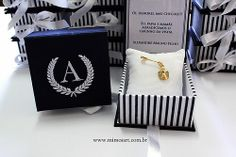 Lembrancinha Maternidade Sofisticada para a chegada do Alexandre: Caixa azul marinho, com bordado e dentro almofada com medalha de anjinho.Gift Baby www.mimosart.com.br