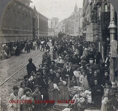 Es evidente la expectación causada por la presencia del fotógrafo. A continuación del mercado de la Cebada puede verse el solar creado con el derribo del hospital de La Latina que había tenido lugar en 1904.
