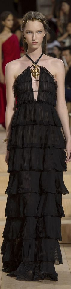 Valentino Official Website - Discover the Valentino Women Collection. Watch the Fashion Show, Accessories and much more. Style Couture, Couture Fashion, Runway Fashion, Valentino Couture, Valentino Women, Vogue Paris, Fashion Week, Fashion Show, Women's Fashion