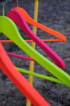 Spay painted hangers, misschien ook doen met de goedkope zwarte plastic hangers? dan zijn ze net iets mooier voor de was, kan ook zilver of parelmoer spuiten
