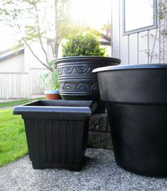 Spray Paint Plastic Planters why did I not think of this myself! - Craft ~ Your ~ Home Spray Paint Flowers, Spray Paint Plastic, Painting Plastic, Garden Yard Ideas, Garden Crafts, Lawn And Garden, Garden Landscaping, Garden Pots, Plastic Planters