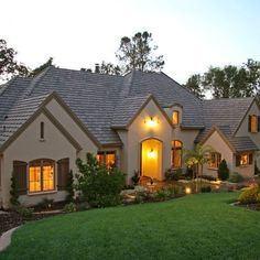 Traditional Exterior Ranch Style Design, Pictures, Remodel, Decor and Ideas – pa… - Home & DIY Design Exterior, Stucco Exterior, House Paint Exterior, Exterior Paint Colors, Exterior House Colors, Roof Design, Paint Colors For Home, House Design, Stucco Homes