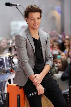 Day 16 of 31 day challenge: favorite one direction outfit? I Love Louis' sense of style and I would have to say that this is my favorite outfit because it's classy but casual at the same time and just makes him look suave!!<3