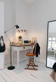 Not everyone has the luxury of a spare room to call an office. Here are some ideas to help you create the perfect home office whether it's in the spare or the sitting room or under the stairs Home Office, Small Office, Corner Office, Workspace Desk, Bedroom Workspace, Desk Nook, Desk Setup, Desk Space, Mad About The House
