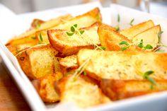Sådan laver du sprøde kartofler med rasp i ovn, hvor de lækre kartoffelbåde paneres blidt med timian og bages en halv times tid. Sprøde kartofler med rasp i ovn er lækre og let panerede kartofler, …