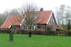 De boerderijen liggen hier vaak achter elkaar doordat erfdeling de kavels steeds smaller had gemaakt.