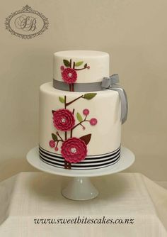 Mod Flowers look kind of like felt buttons and could add a yarn wrapped cake stand or wrap it where the ribbon is Gorgeous Cakes, Pretty Cakes, Cute Cakes, Beautiful Wedding Cakes, Amazing Cakes, Fondant Cakes, Cupcake Cakes, Bolo Glamour, Bolo Fack
