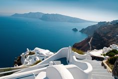 Santorin, Cyclades.  Le relief particulier de l'île offre d'impressionnants panoramas aux paysages lisses et épurés.  http://pexan.acnrep.com/v.asp?I=12144167590B1B