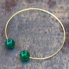 Bracelet jonc doré et perles d'agate verte de la marque 5 Octobre pour l'atelier des bijoux créateurs