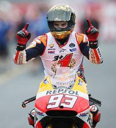 モトGPクラスで2年連続の年間王者に輝き、喜ぶマルク・マルケス=12日、栃木・ツインリンクもてぎ ▼12Oct2014時事通信 マルケス、最高峰クラス連覇=オートバイ日本GP http://www.jiji.com/jc/zc?k=201410/2014101200079 #Marc_Marquez