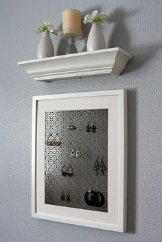 I have seen some jewelry organizers in my lifetime, and most of them I do not like. This one is gorg.