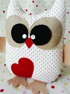 faire un coussin, hibou en coton, cœur et nez rouges, couverture de lit dans la chambre d'enfant