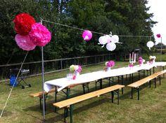 Een groot tuinfeest geven in een weiland