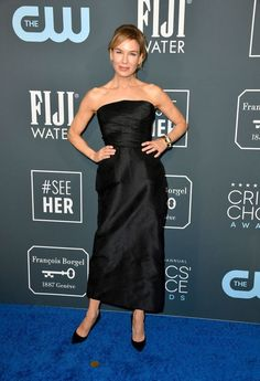 Nominee Renee Zellweger Poses for Pictures at Critics' Choice Awards Photo Renee Zellweger is looking beautiful. The Judy actress hit the red carpet at the 2020 Critics' Choice Awards on Sunday (January at the Barker Hangar in Santa… Christian Dior, Christian Siriano, Christian Louboutin, Lena Dunham, Renee Zellweger, Celebrity Style Guide, Celebrity Look, Lucy Hale, Choice Awards