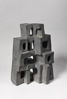 Parvine Curie: Mère Ruche. Terre Cuite Graphitée, 48 x 33 x 23 cm, 1974.