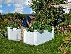 Before you buy or build your next raised garden bed, consider the African keyhole garden, designed and sold online by Vita Gardens. Unlike other raised beds, this one is designed to save water. Garden Tool Storage, Garden Tools, Garden Ideas, Garden Crafts, Garden Projects, Backyard Ideas, Diy Projects, Raised Garden Beds, Raised Beds