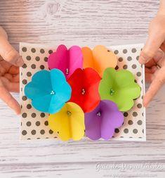 ¡Una tarjeta para regalar y sorprender! Un hermoso ramo de flores de papel en esta nueva tarjeta pop-up que te muestro hoy. Patrón gratis para imprimir.