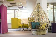 Le cocon Goutte Déambulons, bien à sa place dans des bureaux. Fabriqués sur-mesure, ils apportent une touche d'originalité et de naturel à l'aménagement d'une entreprise, d'un hôtel, d'une bibliothèque, d'un espace de co-working, d'une terrasse ou d'une chambre d'enfant… Nos créations offrent une bulle de poésie pour se reposer, lire, surfer, discuter. Conçus avec des bambous cultivés en France, ils marquent les esprits en apportant design, quiétude et naturel.