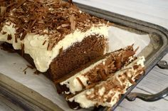 Φανταστικό, σοκολατένιο κέικ με μαύρη μπύρα και μοναδική cheesecake επικάλυψη. Τι καλύτερο από ένα ζουμερό κέικ για τις γιορτινές μέρες που έρχονται, που αφήνει εποχή με την τυρένια επικάλυψη και την τραγανή σοκολάτα από πάνω. Εύκολο στην παρασκευή και εντυπωσιακό τόσο στην εμφάνιση όσο και στη γεύση. Δοκίμασε το. ΜΕΡΙΔΕΣ: 12 ΚΟΜΜΑΤΙΑ ΧΡΟΝΟΣ ΠΡΟΕΤΟΙΜΑΣΙΑΣ: 15 ΛΕΠΤΑ ΧΡΟΝΟΣ ΨΗΣΙΜΑΤΟΣ: 45 ΛΕΠΤΑ ΣΥΝΟΛΙΚΟΣ ΧΡΟΝΟΣ: 1 ΩΡΑ ΥΛΙΚΑ * 125 γρ βούτυρο, λιωμένο σε θερμοκρασία δωμ...
